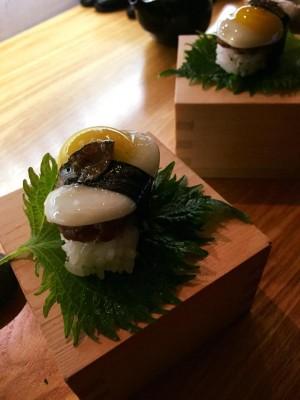 Gunkan Trufada salmão, caranguejo casca mole, ovo de codorniz e trufa negra